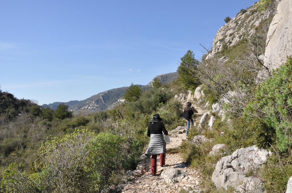 Chodząc po górach w okolicach wioski Eze we Francji - by Tran's World Productions