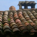Dachówki budynków  w Eze z bliska - by Trent Strohm