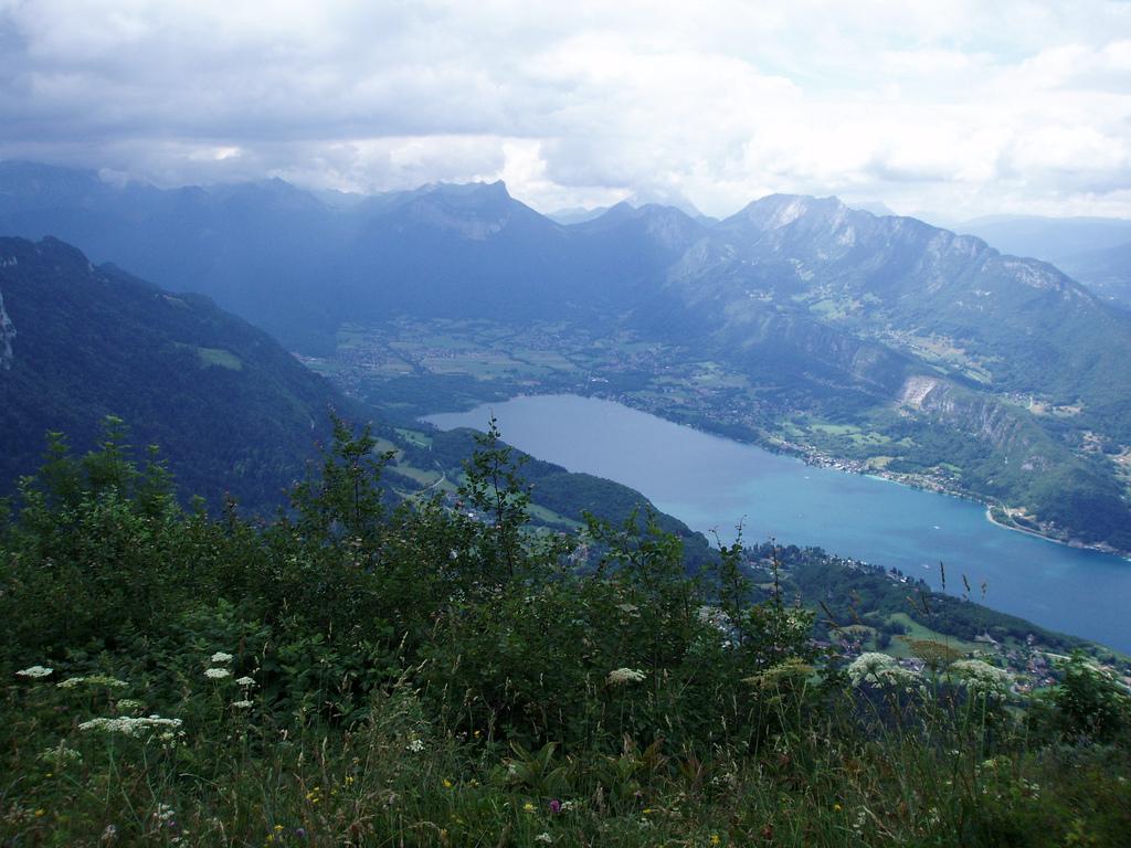 Góry Alpy - a pośród nich jezioro Annecy - by jcmorand
