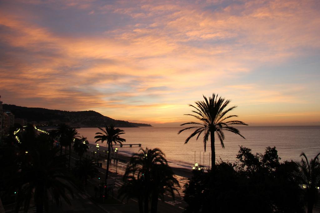 Gdy zapada noc w Nicei - wybrzeże wygląda bajecznie - by shinyai