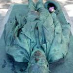 Grób Victora Noira na paryskim cmentarzu Pere Lachaise by Mark B. Schlemmer