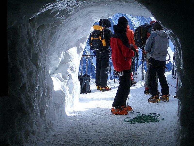 Grota śnieżna w Chamonix - by Trent Strohm