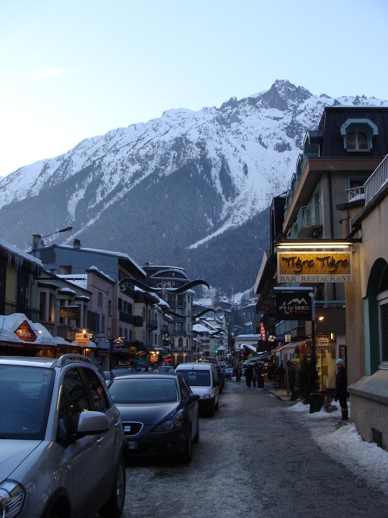 Idąc chodnikiem w Chamonix - Alpy - by ines saraiva