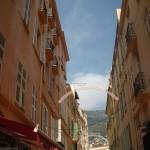 Idąc ulicą między budynkami w Nicei - by smilingmaya