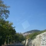 Jadąc jedną z ulic miasta Grasse we Francji na Lazurowym Wybrzeżu - by La Entropista
