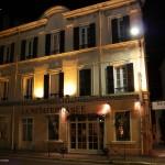 Jeden z budynków Saint Tropez nocą -  by joriavlis