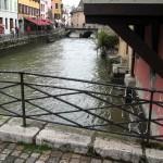 Jeden z mostków nad kanałami w Annecy - by photigule