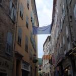 Jedna z ulic miasta Grasse we Francji - by wilgengebroed