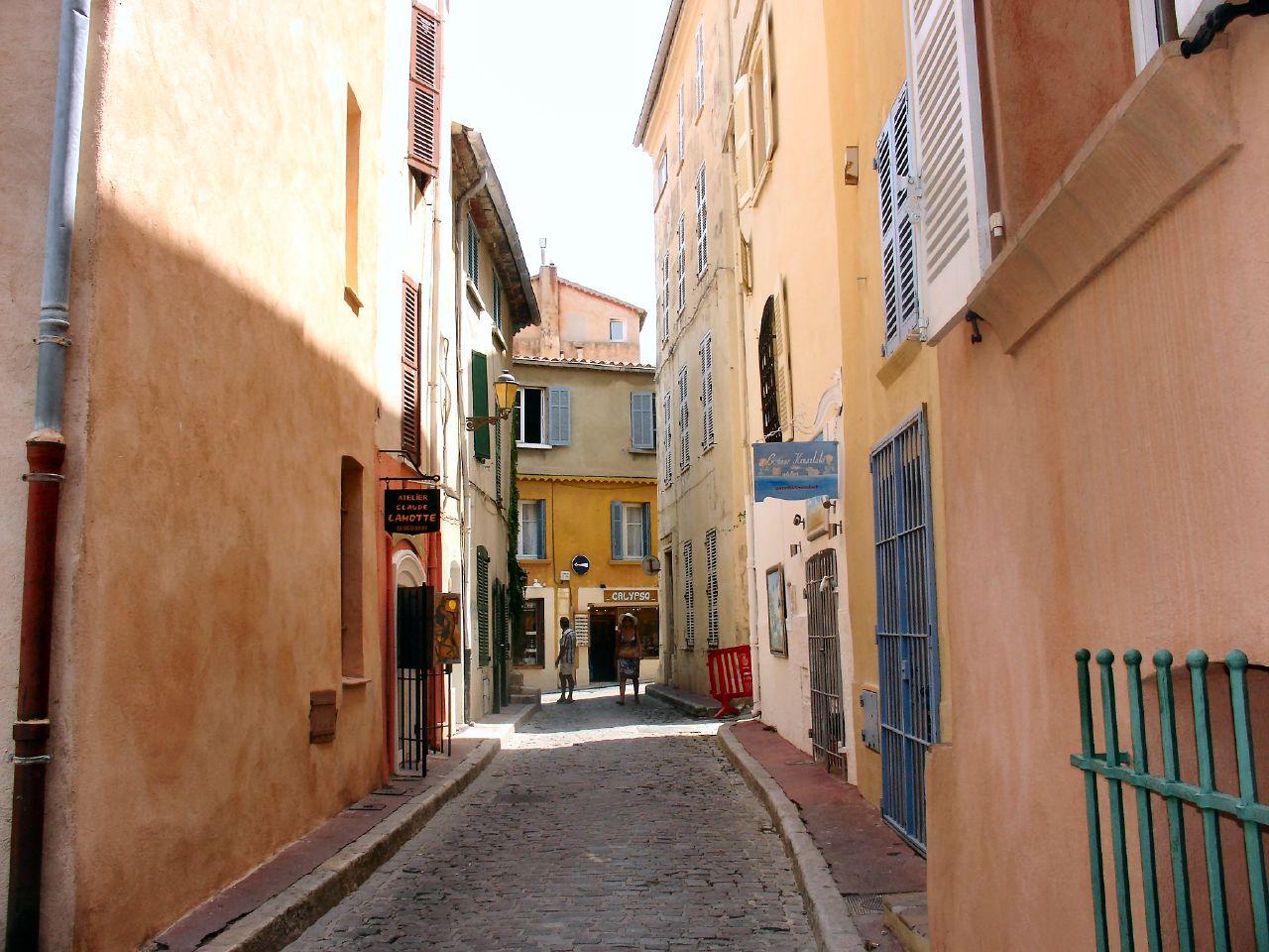 Jedna z uliczek Saint Tropez - by Axell [www.axellweb.com]