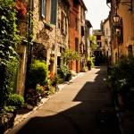 Jedna z uliczek miasta Vence we Francji - by p.m.graham