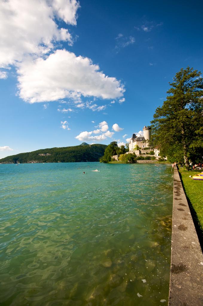 Jezioro Annecy - w oddali zamek - by Emerging Birder
