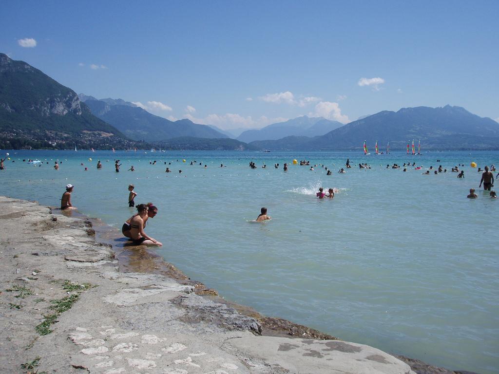 Kąpięl w górskim jeziorze Annecy w Alpach Francuskich - by jcmorand