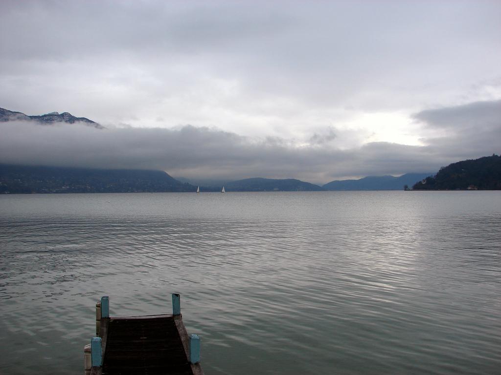 Mgliste jezioro Annecy - by guigui671