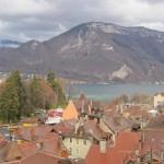Miasto Annecy we Francji w Alpach - by kristiewells