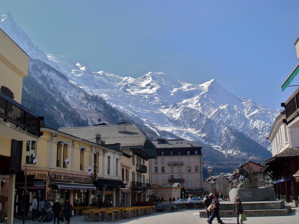 Miejscowość Chamonix we Francji - Alpy Francuskei - by Nouhailler