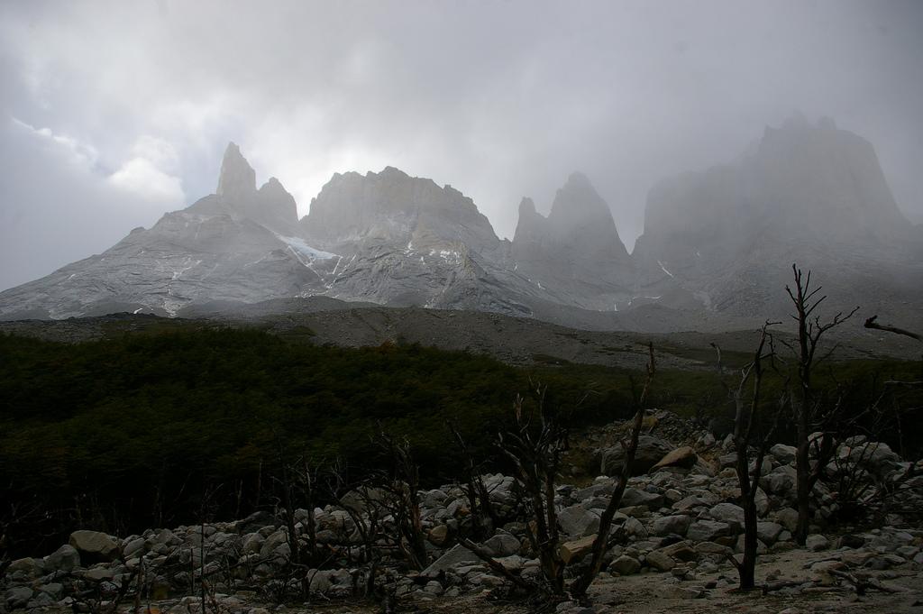 Mroczny widok gór - Park Narodowye we Francji - by Jessie Reeder