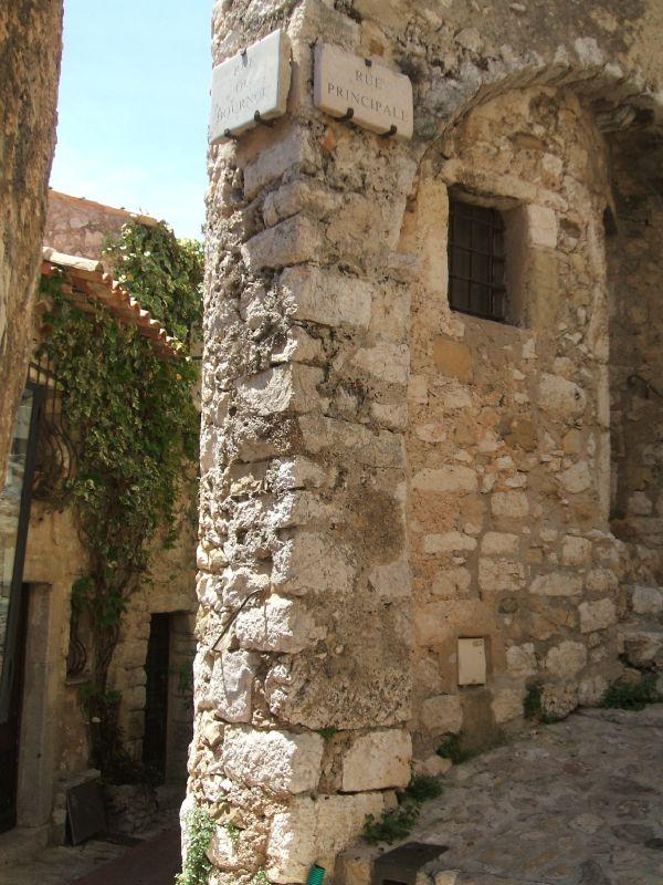 Mury budynków w wiosce Eze we Francji - by Paul Mead