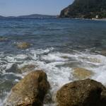 Na brzegu morza w Eze na Lazurowym Wybrzeżu - by freefotouk