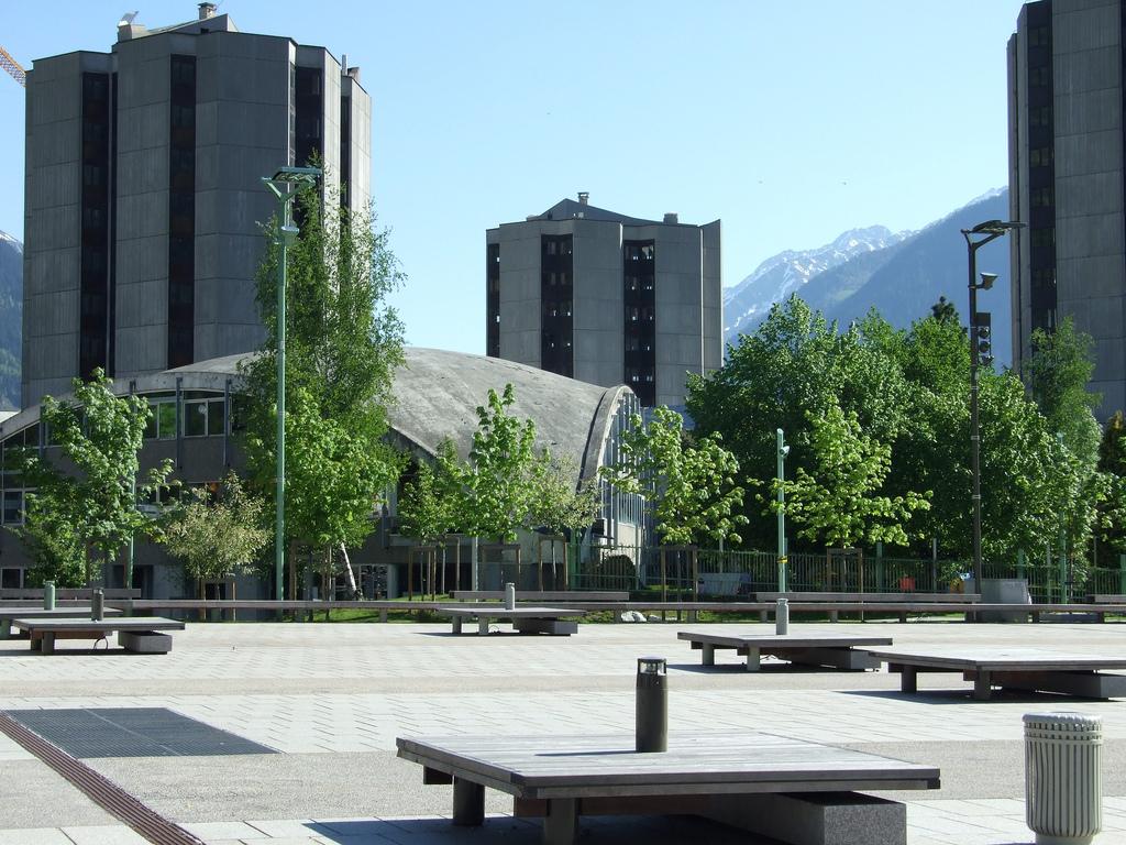 Nowoczesne budynki - prawie wieżowce w Chamonix  w Alpach we Francji - by eGuide Travel