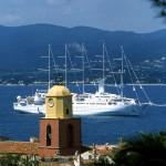 Nowoczesny statek żagolowiec ze zwieniętymi żaglami - by Zoé de Saint-Tropez