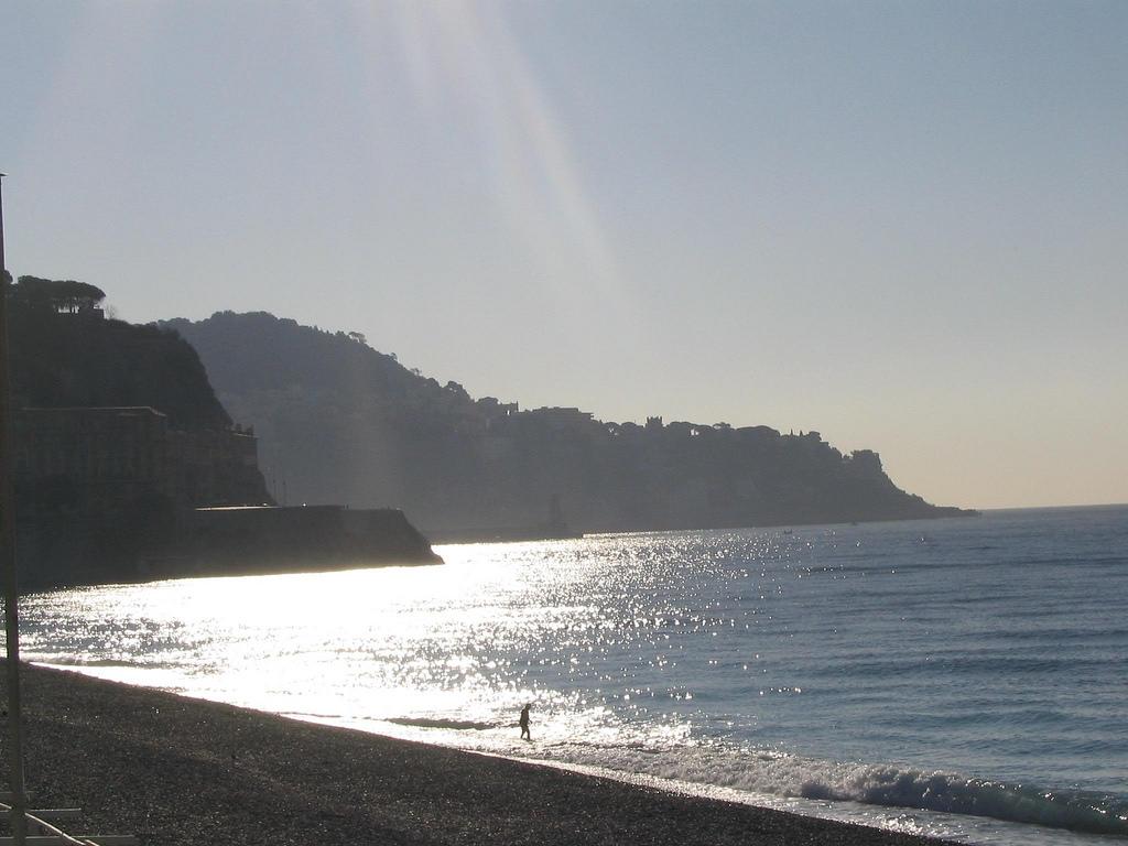 Późne popołudnie nad brzegiem morza w Nicei - by justinknabb