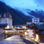 Piękny widok Chamonix - późnym wieczorem - by Trent Strohm