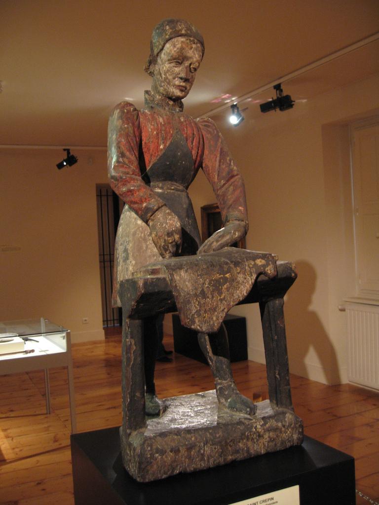 Rzeźba szewca produkującego buty w Muzeum w Romans we Francji - by bluelizardworld