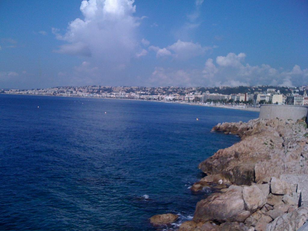 Skały na brzegu morza w Nicei - by Francesc Esteve