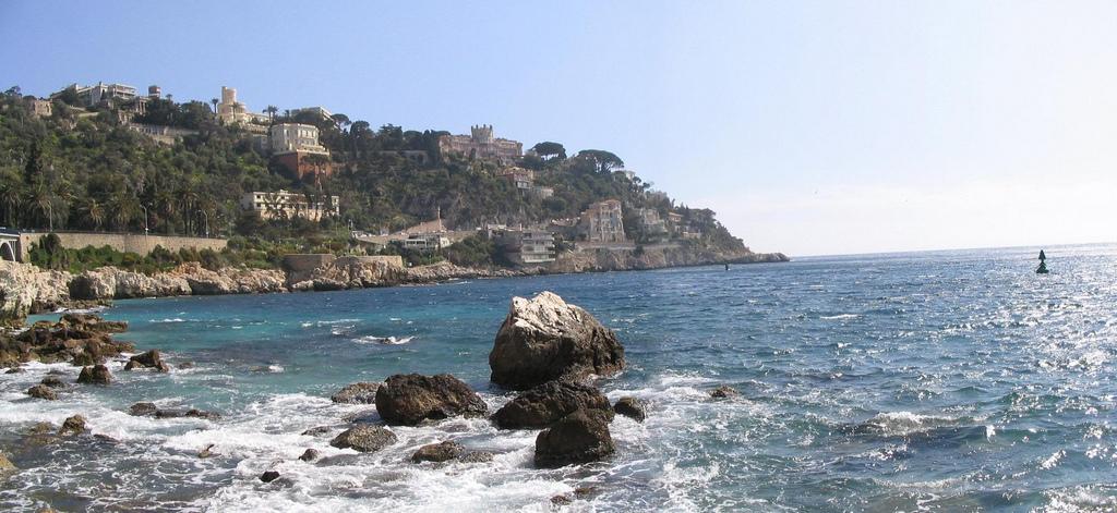 Skały na brzegu morza w Nicei - by justinknabb