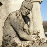 Statua na cmentarzu Pere Lachaise w Paryżu we Francji - by pixxtaker