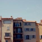 Typowe kiczowate domy w Saint Tropez - wyglądają gorzej niż komunistyczne budownictwo - zdjecie zrobione przez madame.impossible