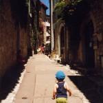 Wąska uliczka miasteczka Saint Paul de Vence - by PhylB