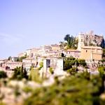 Wspaniały widok wioski Eze na Lazurowym Wybrzeżu we Francji - by amlamster