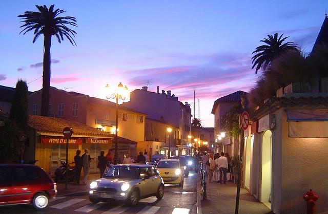 Zatłoczona ulica Saint Tropez - by kafeole