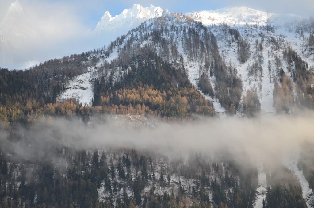 Zima w Chamonixie - widok na jeden z ośnieżonych szczytów - by eGuide Travel