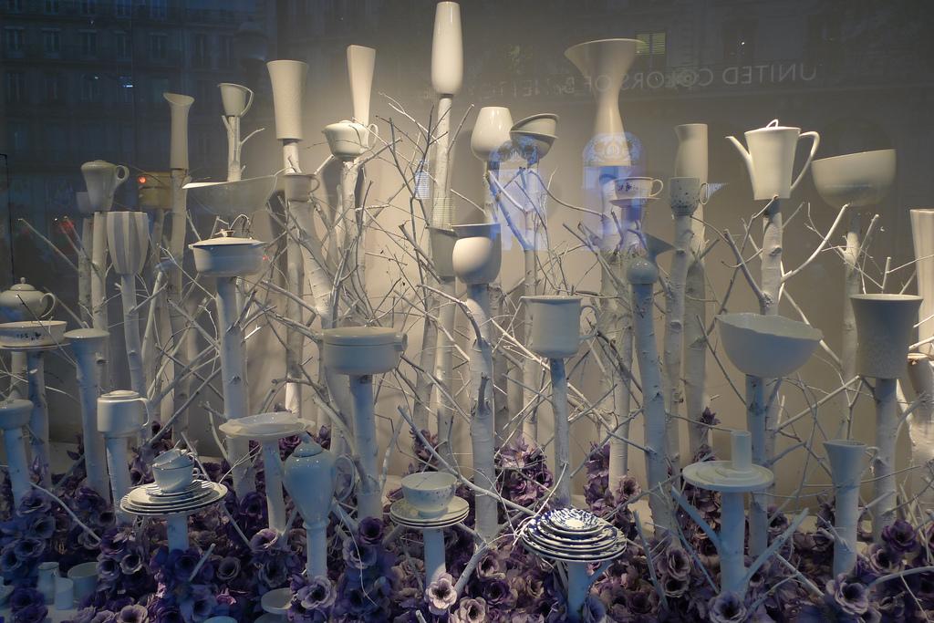 Paryż - wystawa porcelany w sklepie - centrum hanlowe Printemps by JournalDesVitrines.com