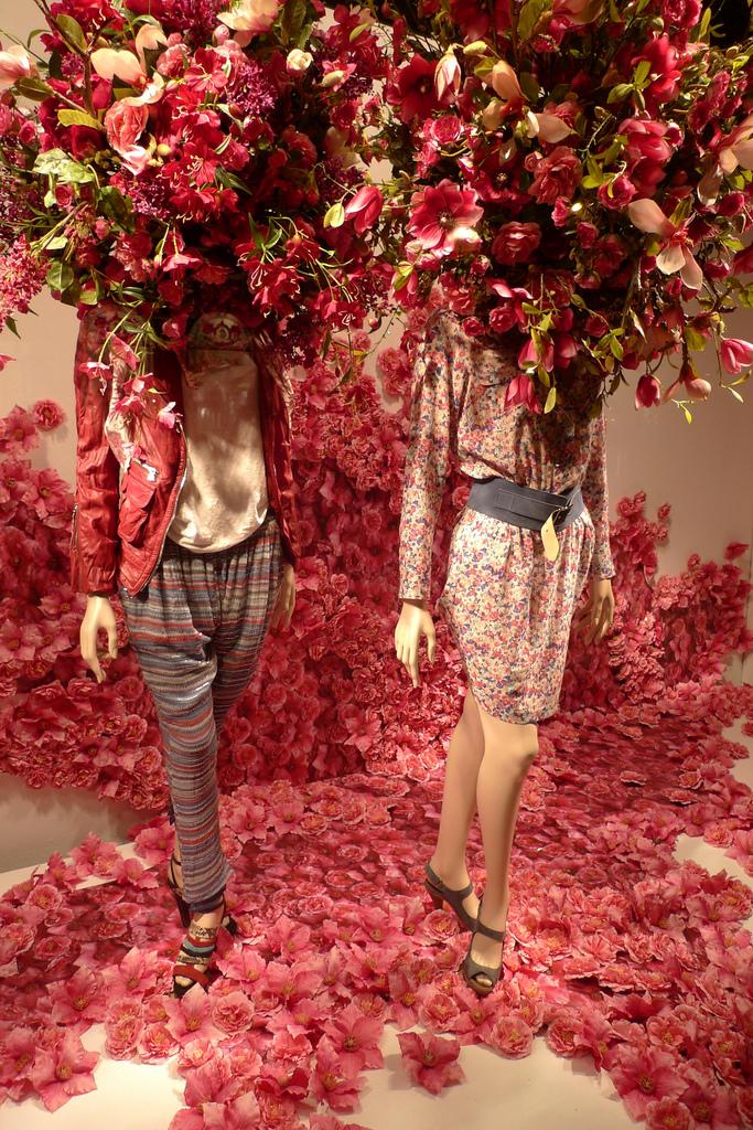Printemps - Paryż - wystawa sklepu z ubraniami by JournalDesVitrines.com
