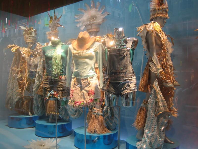 Wystawa ekstrawaganckich ubrań w payskim centrum handlowym Printemps by alexdecarvalho
