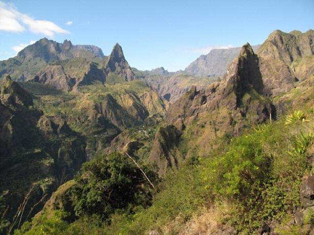 Góry wulkaniczne na wyspie Reunion by Aleix Cabarrocas Garcia